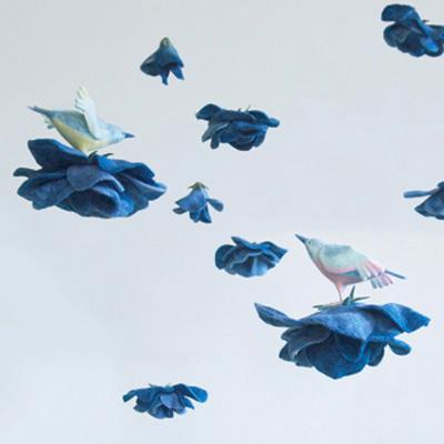 青いバラと鳥・フェルト作家Yurinokoの立体イラスト
