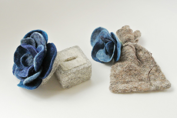 青いバラの指輪ケース・フェルト作家Yurinokoの立体イラスト