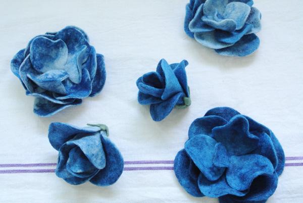 フェルト作家Yurinokoの青いバラの立体作品